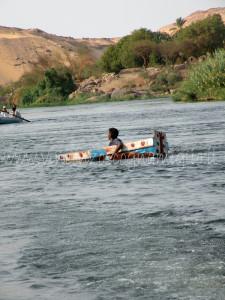bimbo che naviga sul Nilo